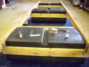 Eine Nahaufnahme von mehreren Pontek Schwimmkörpern die an ein Holzgestell montiert wurden