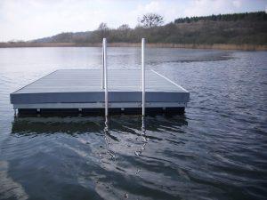 Eine schwimmende Badeinsel der Serie Moby mit Badeleiter