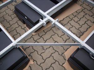Ein feuerverzinktes Stahlgestell mit montierten Schwimmkörpern