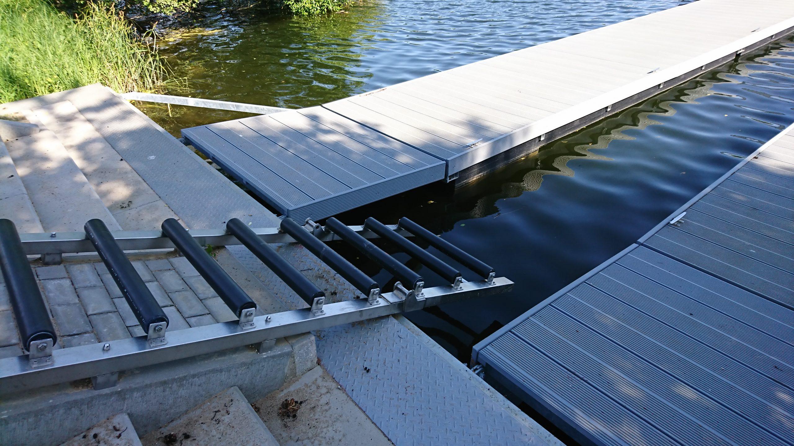 Nahaufnahme eines Schwimmsteges mit zentralem Kanueinlass