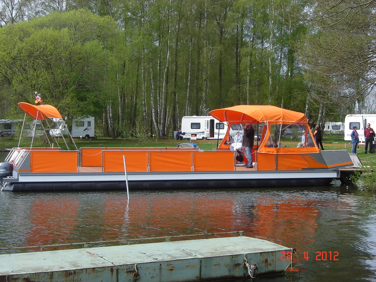 Ein fahrender freecamper in einem Kanal