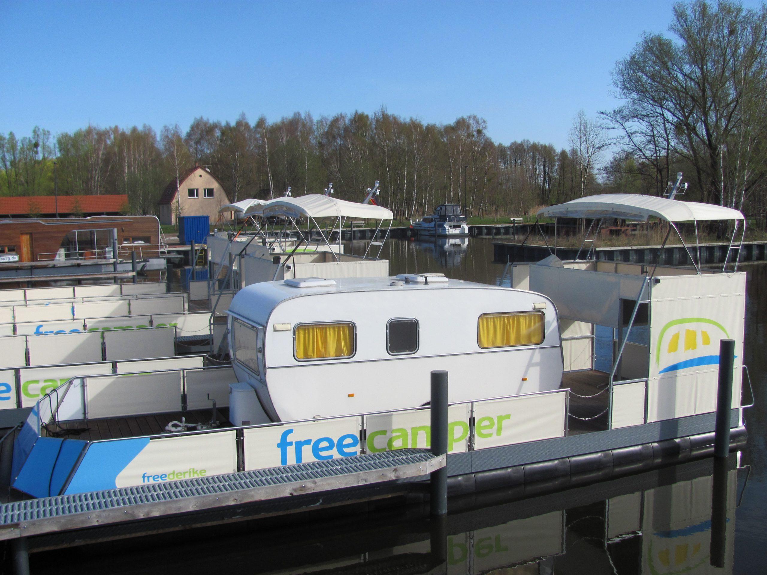 freecamper die in einem Hafen angelegt haben