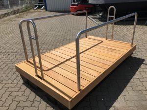 Eine neu produzierte Schwimminsel mit Geländer