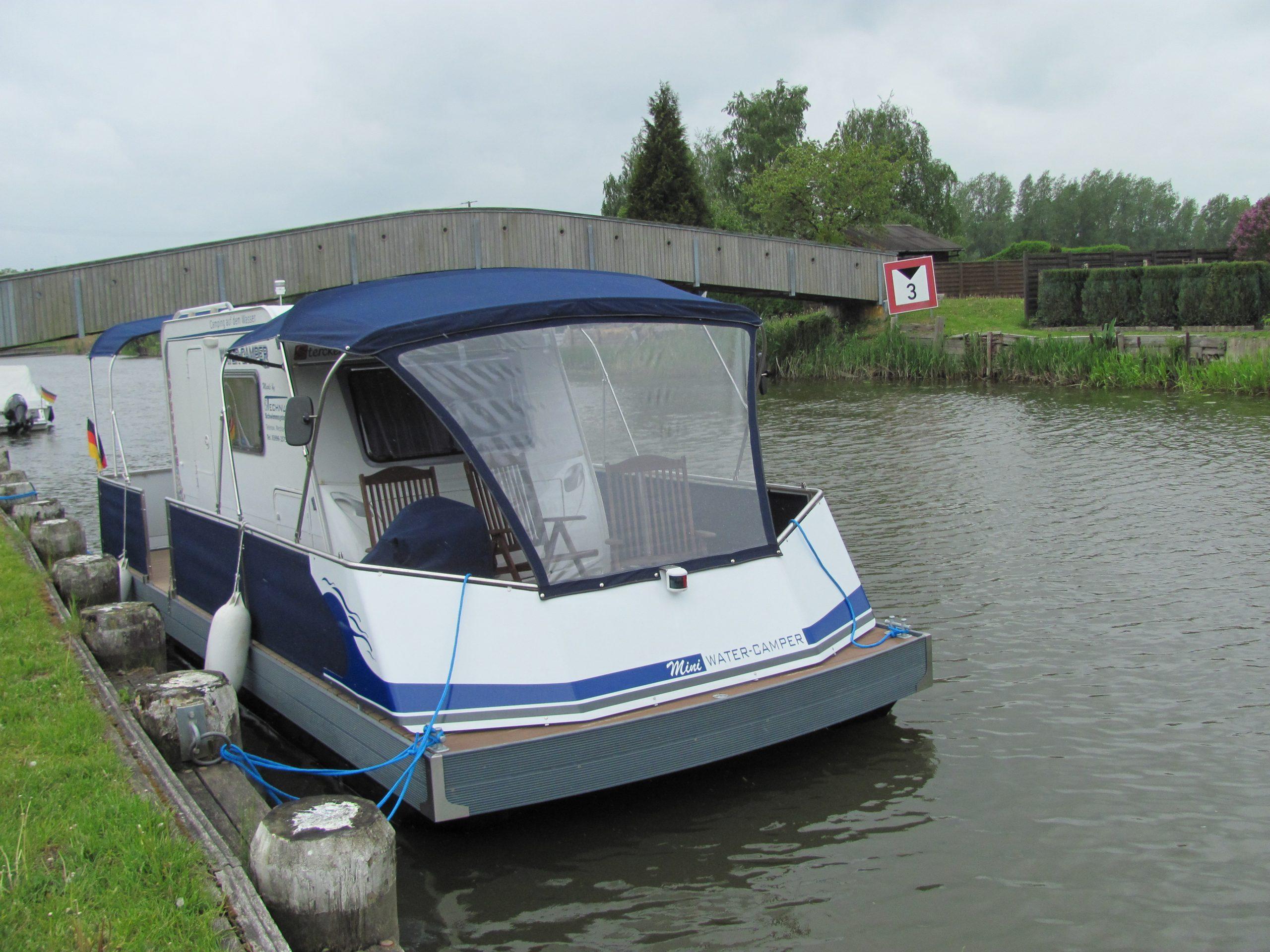 Frontansicht eines festgemachten WaterCampers im Kanal