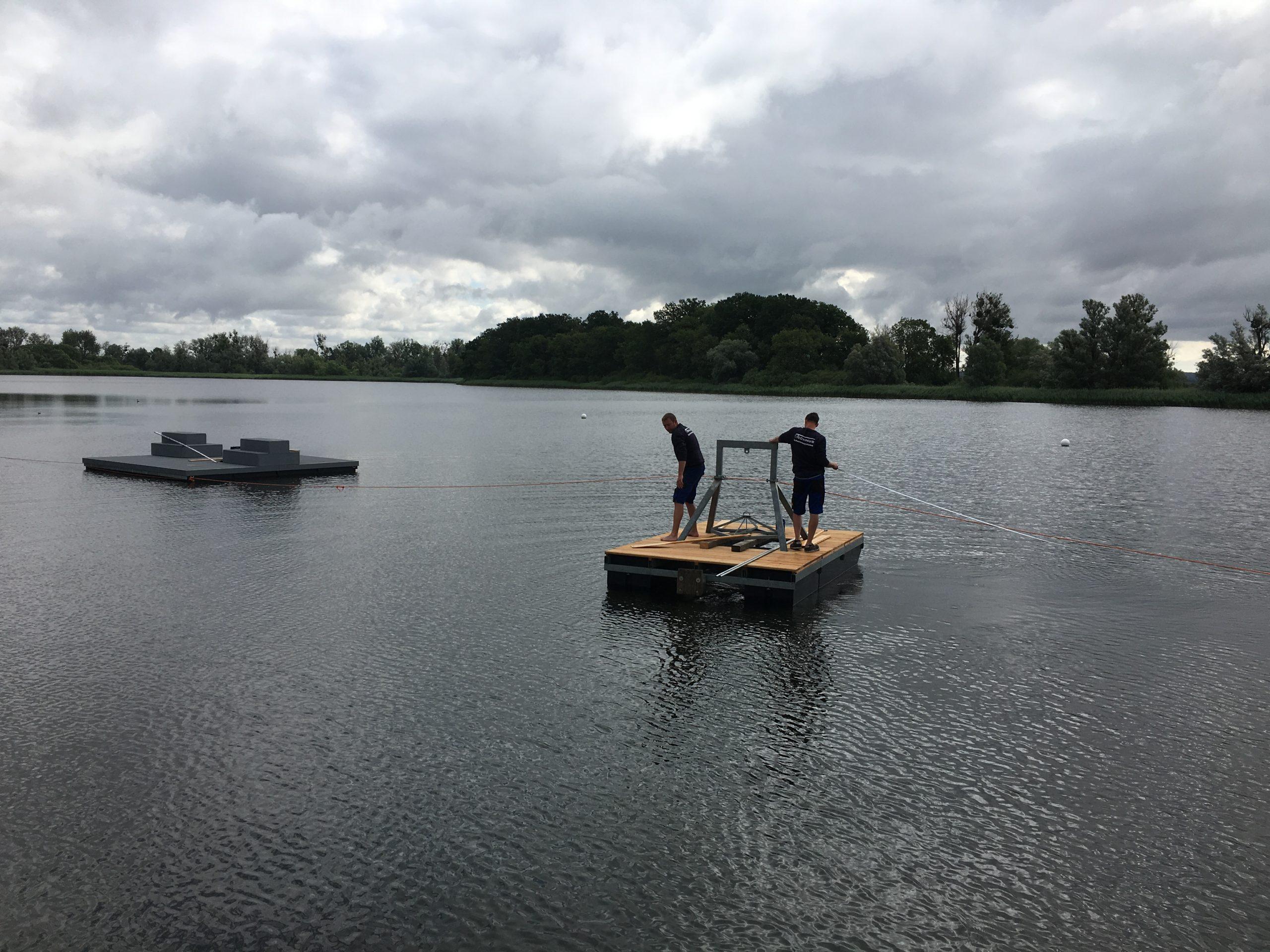 Eine Arbeitsinsel im Einsatz auf ruhigem Gewässer