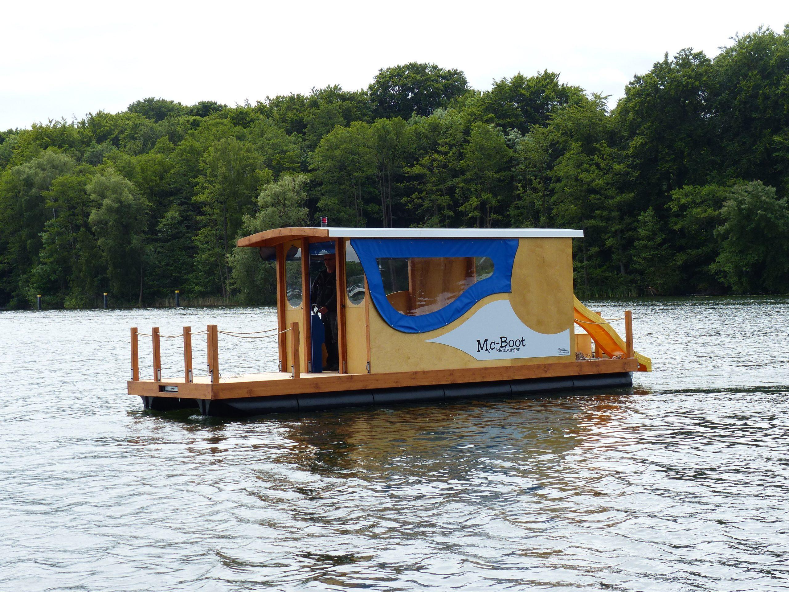 Ein fahrendes Mc-Boot bei ruhigem Gewässer