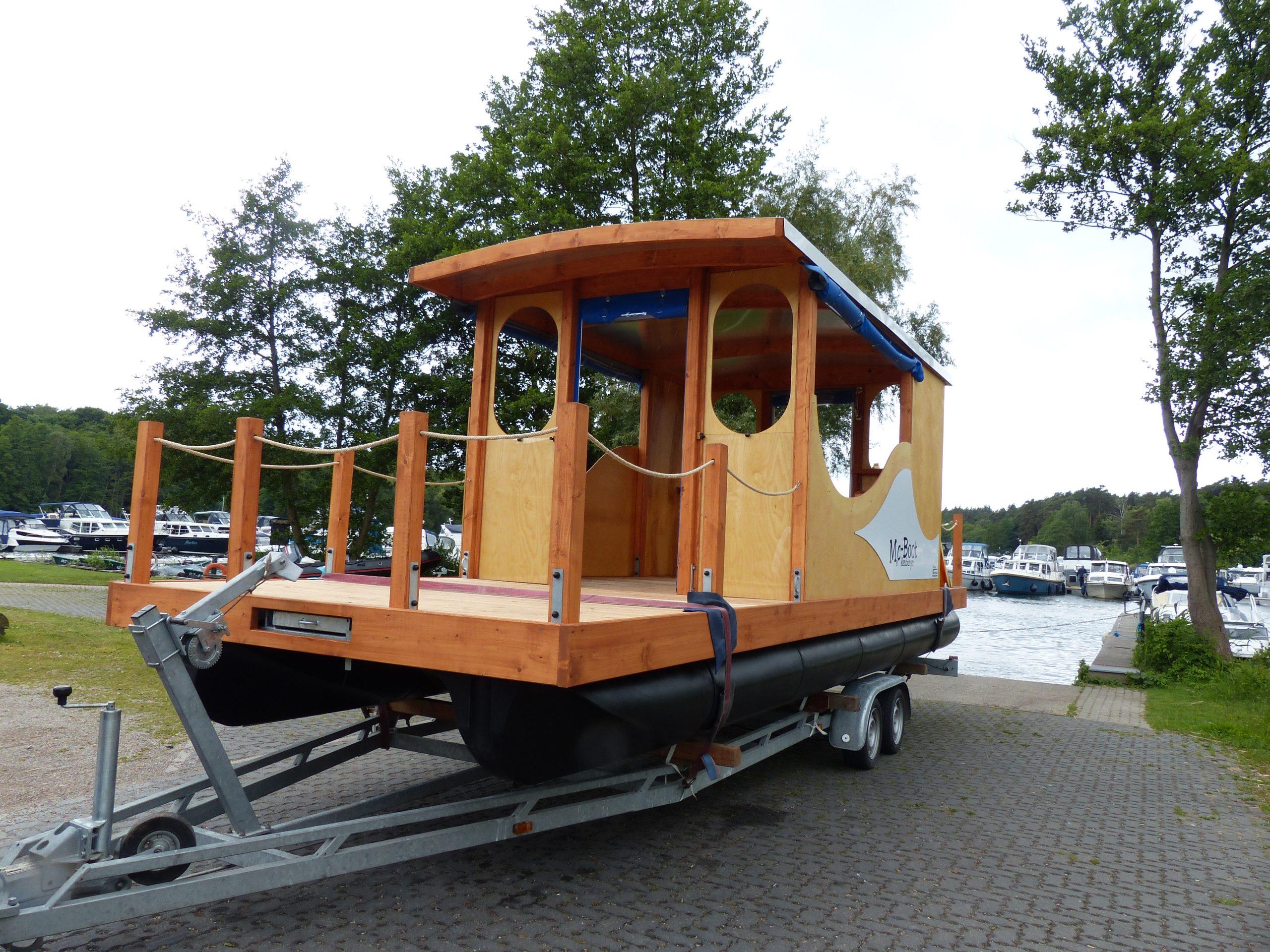 Ein Mc-Boot was auf einem Anhänger transportiert wird