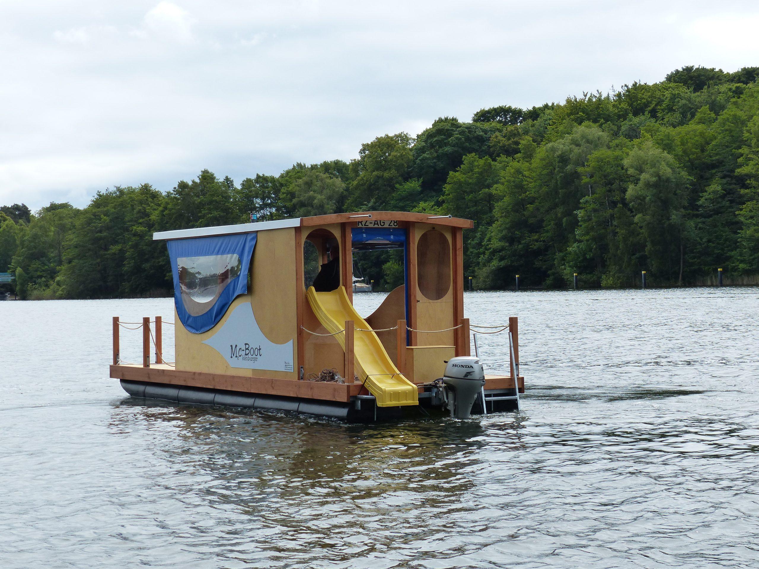 Das Heck eines fahrenden Mc-Bootes