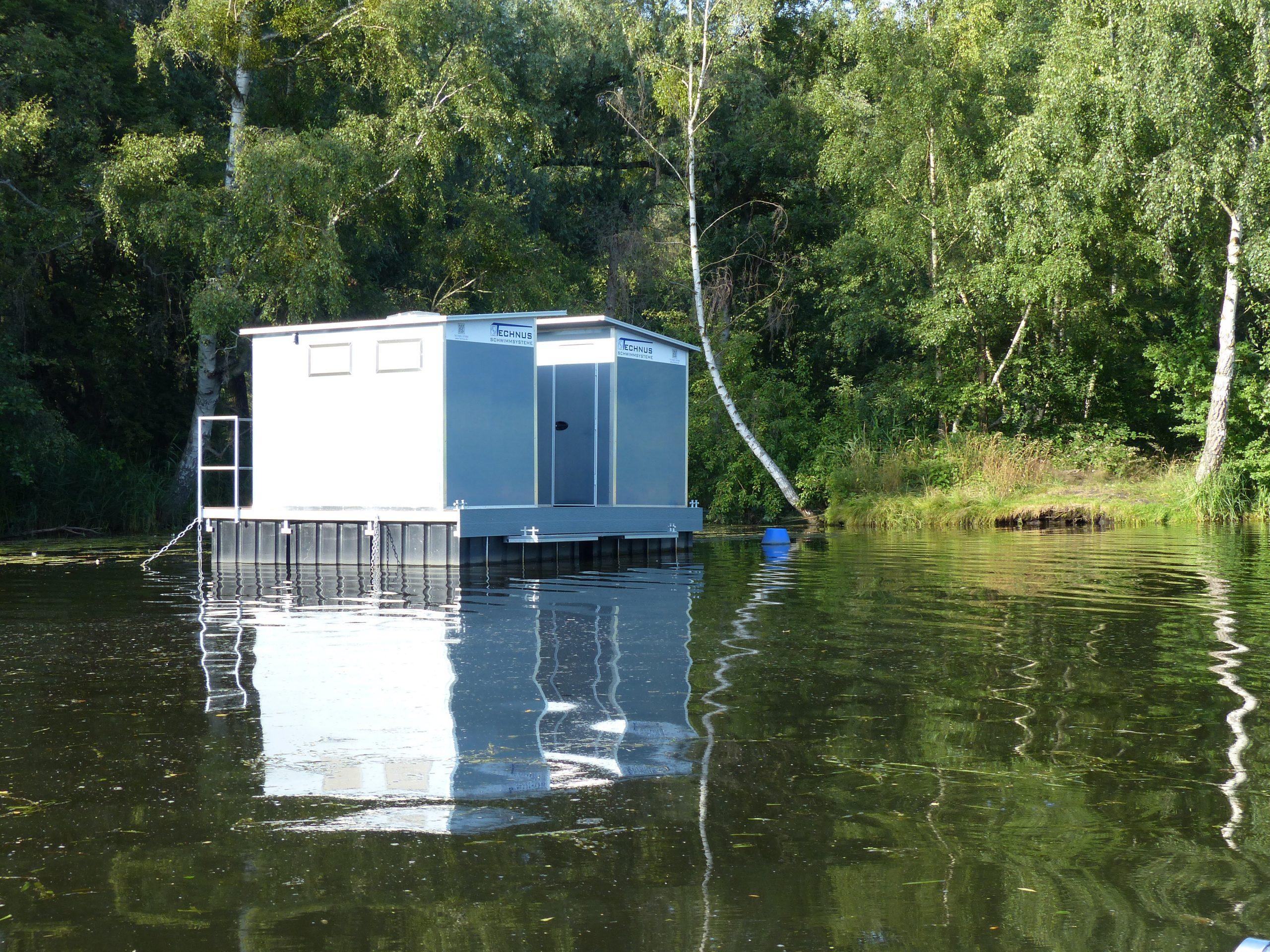 Eine Schwimminsel im Kanal mit beidseitig platzierten Toiletten