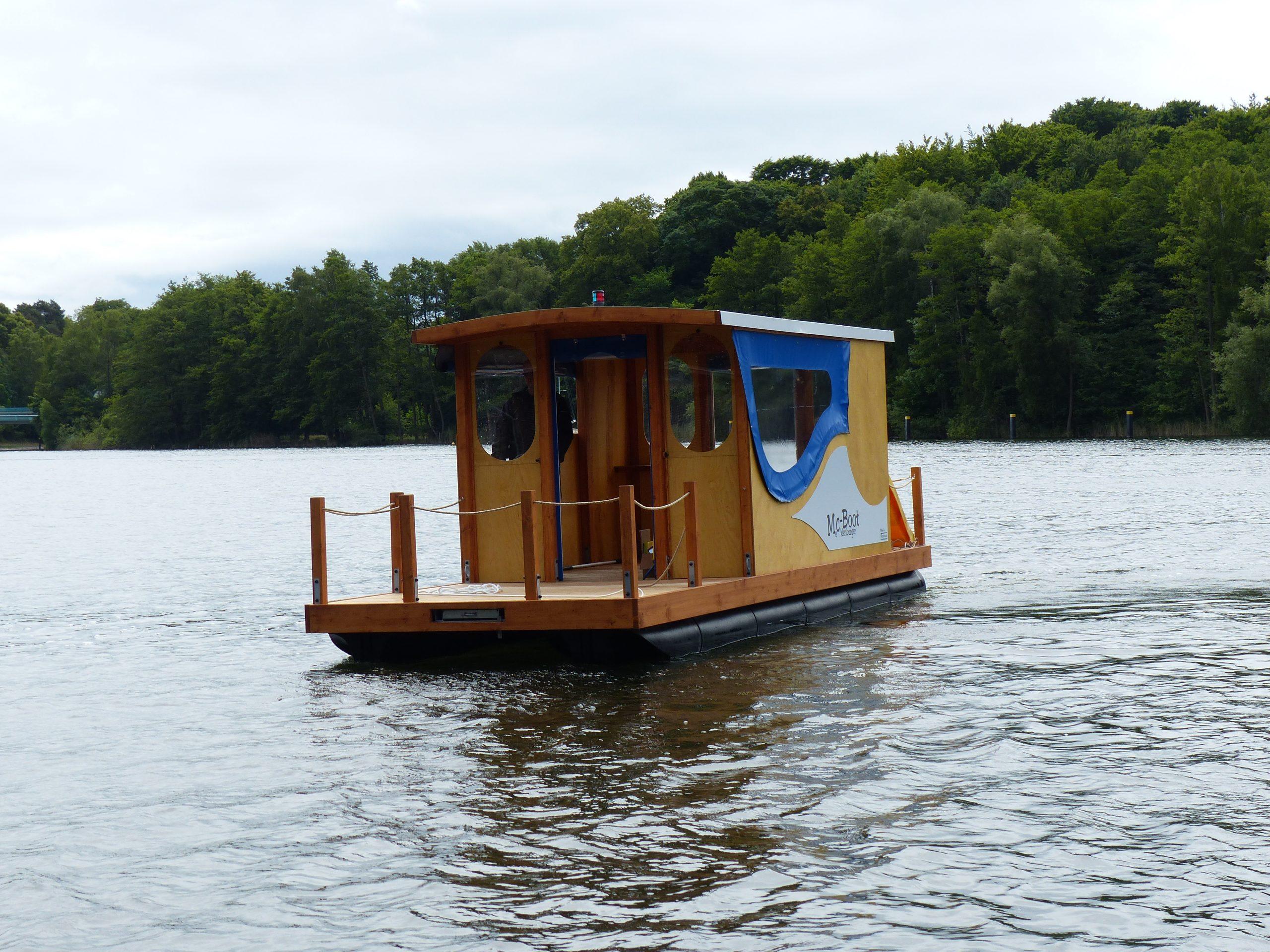 Die Frontansicht eines fahrenden Mc-Bootes