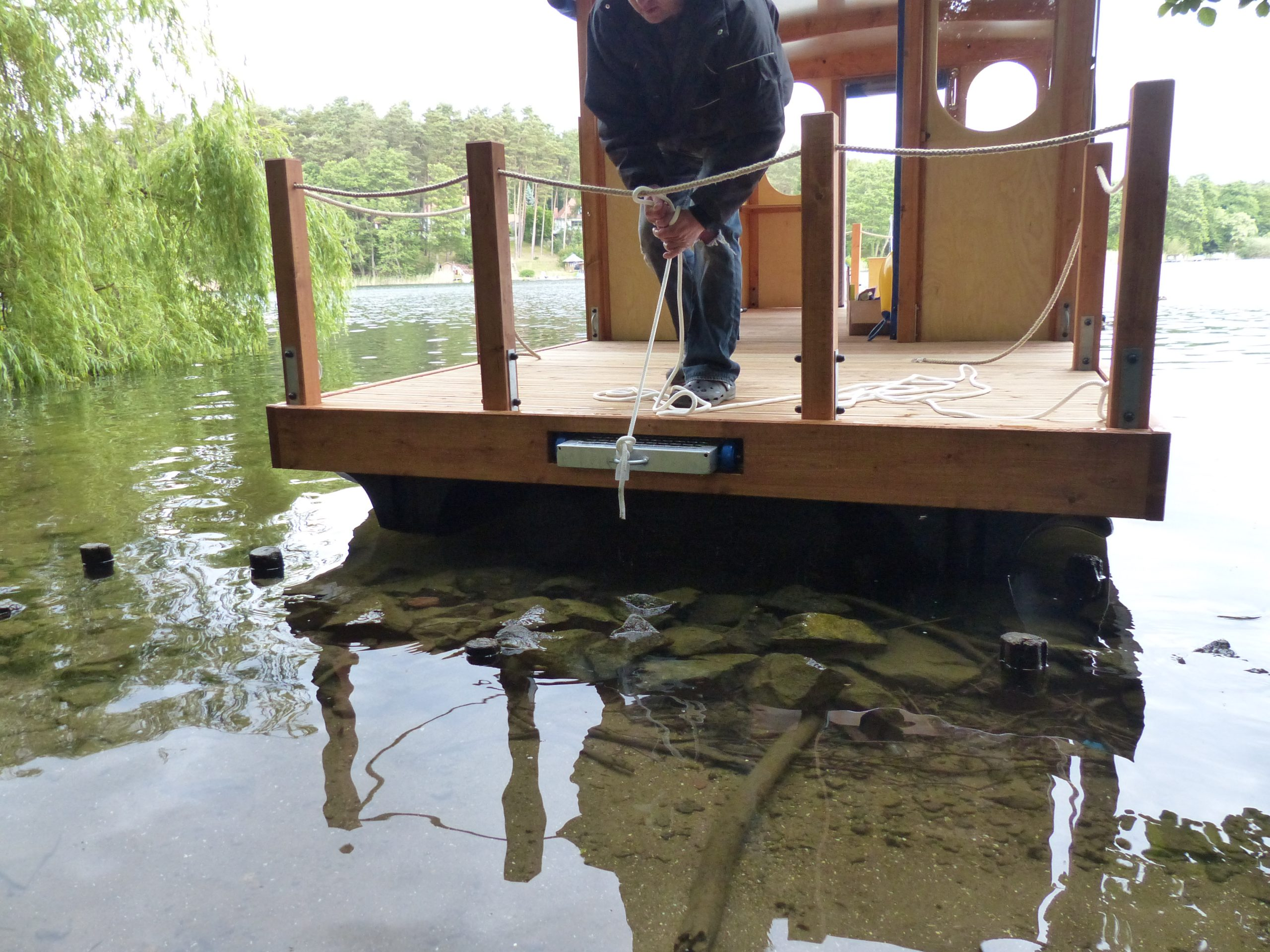 Eine Nahaufnahme des Mc-Bootes bei dem Ablegen vom Ufer