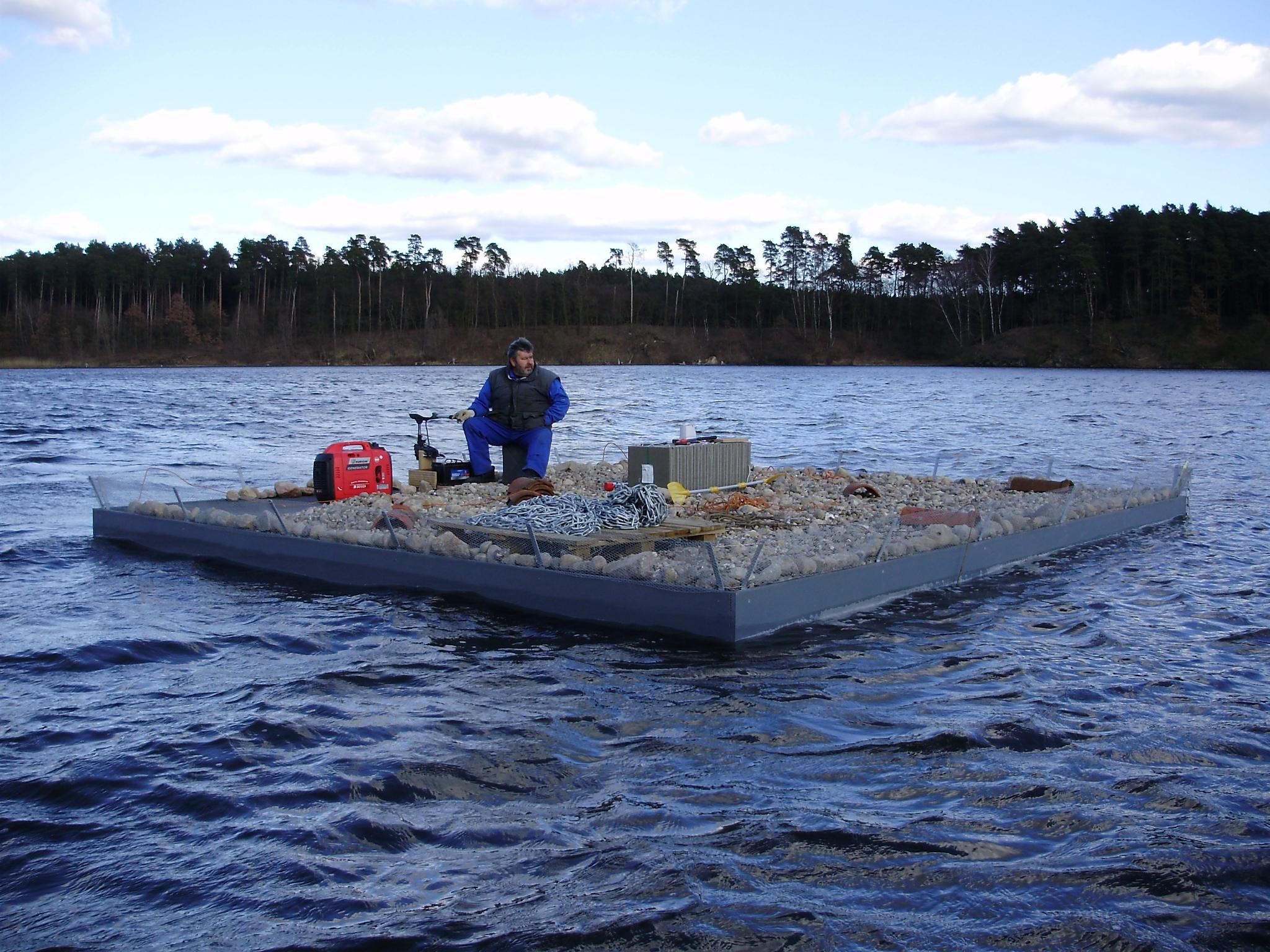 Eine Vogelschutzinsel die von einem Mann über das Wasser gefahren wird