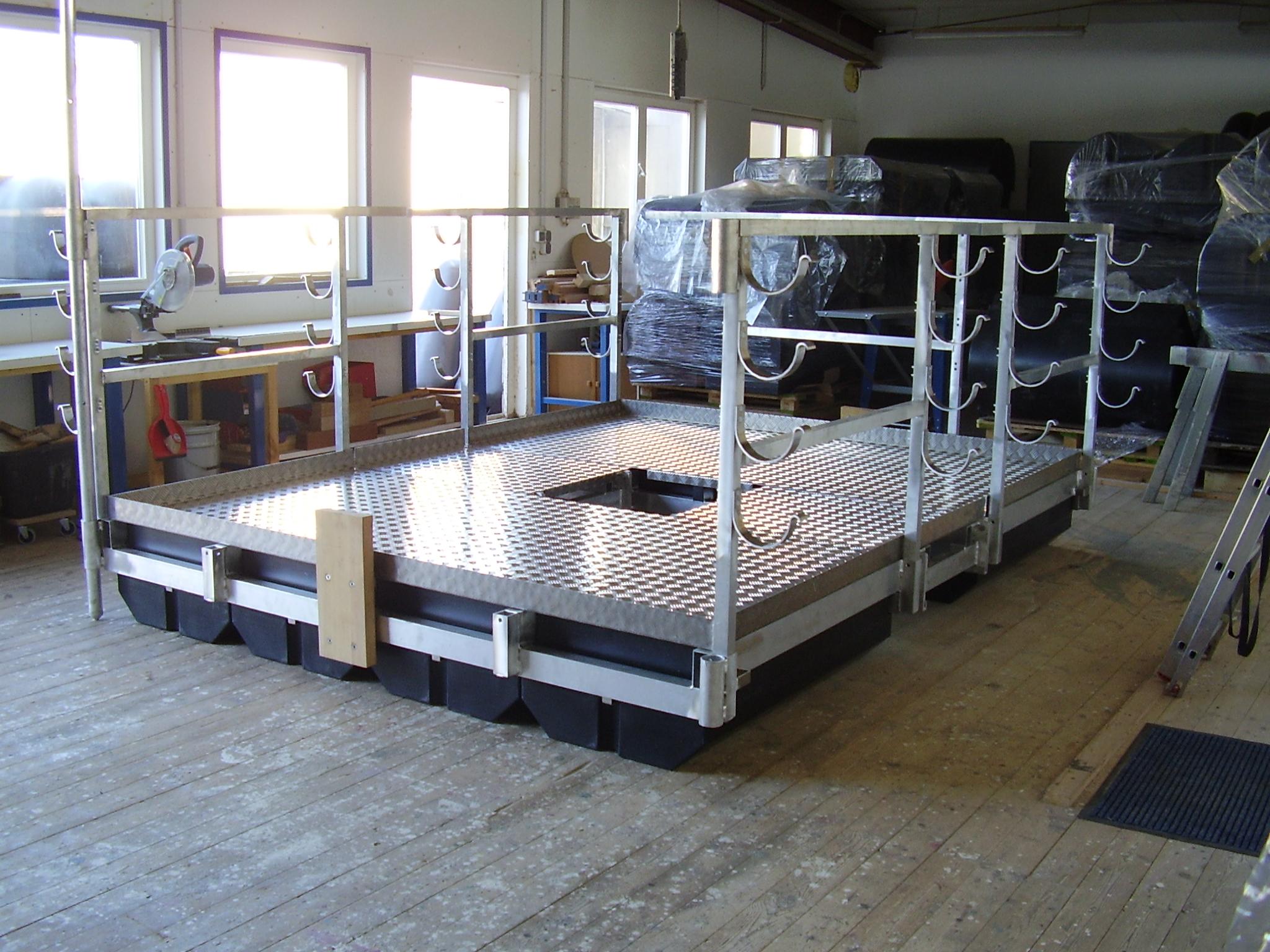 Eine Arbeitsinsel mit rutschfester Metalloptik im Neuzustand