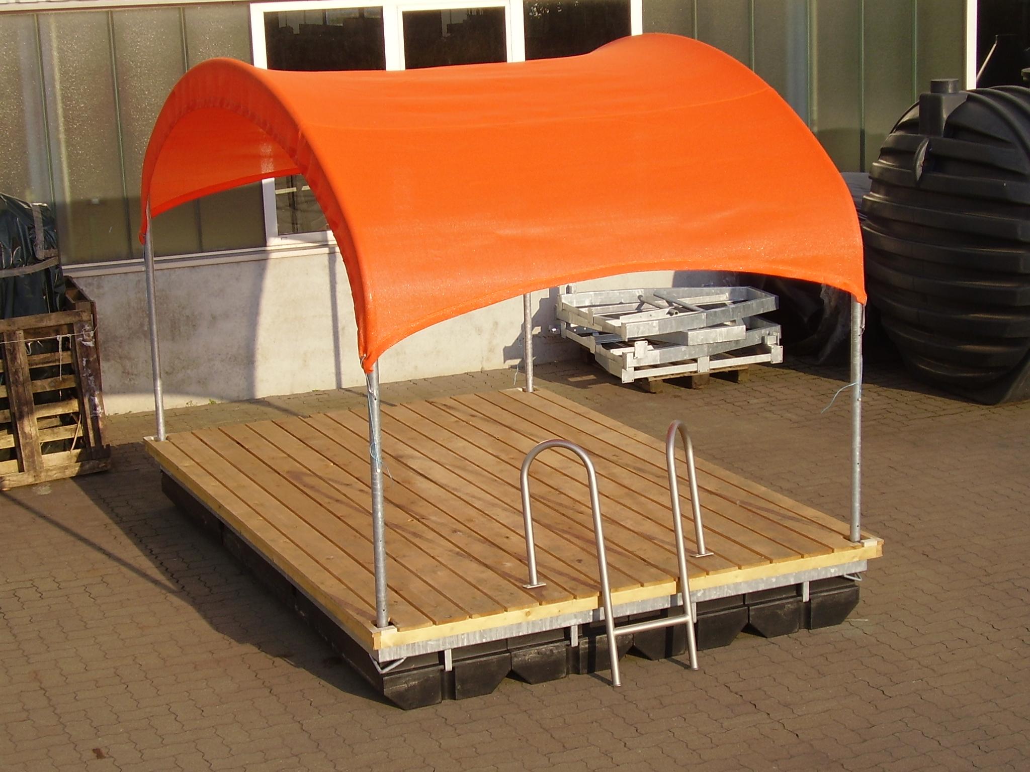 Eine trockengelegte Schwimminsel mit Sonnenschutz und Badeleiter