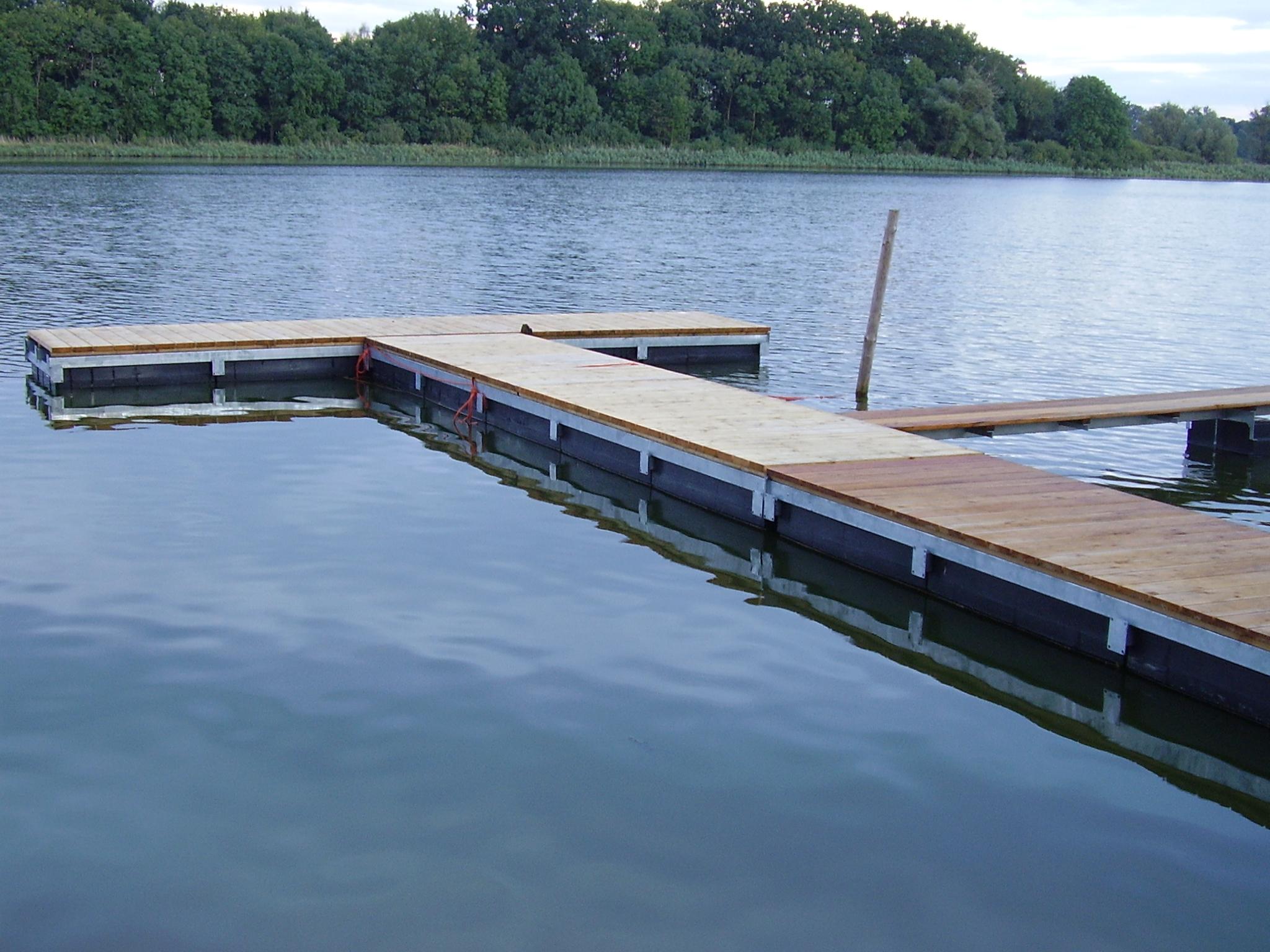 Ein leerer Schwimmsteg bei ruhigem Gewässer