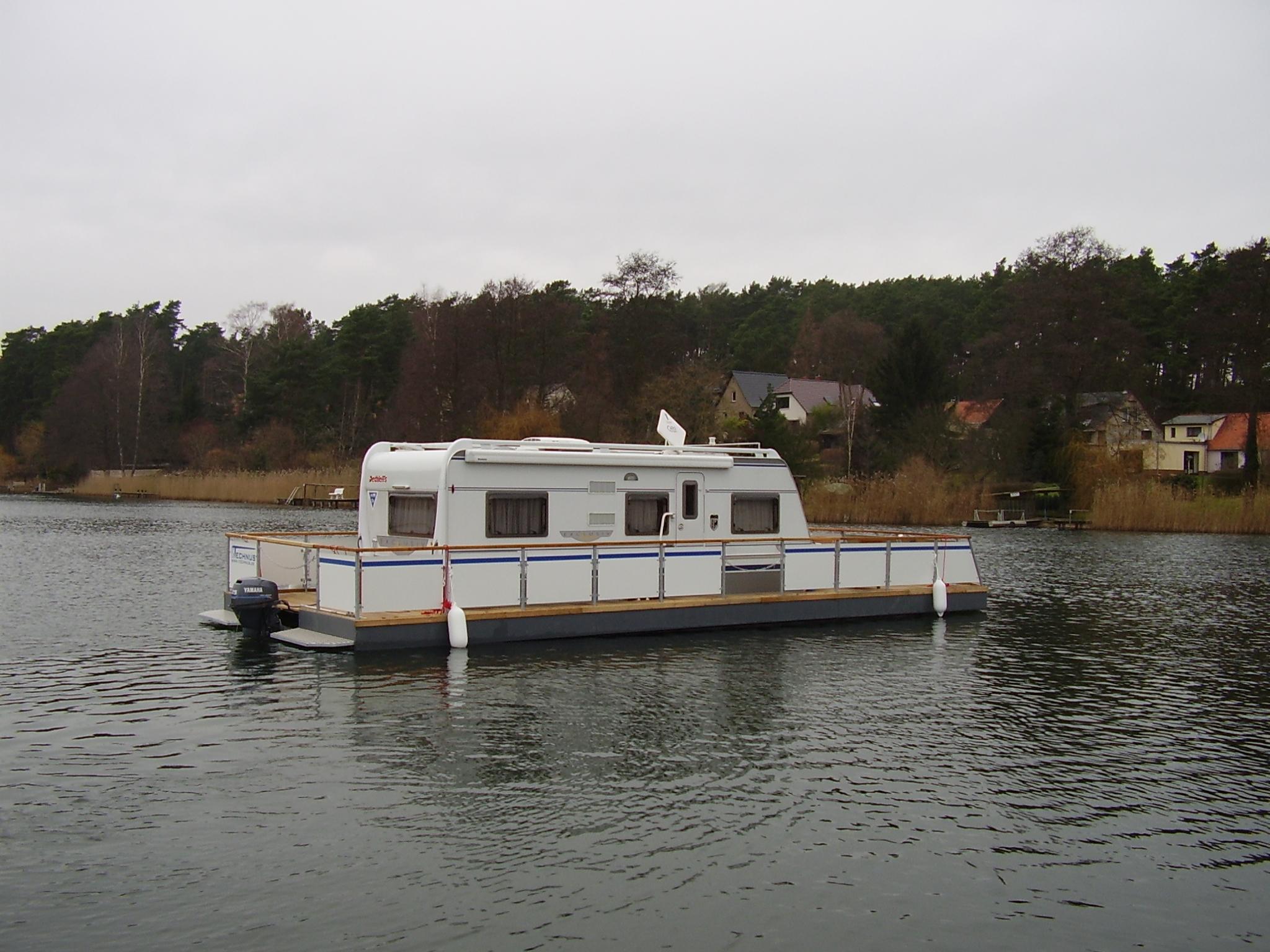Treibender WaterCamper auf dem Wasser