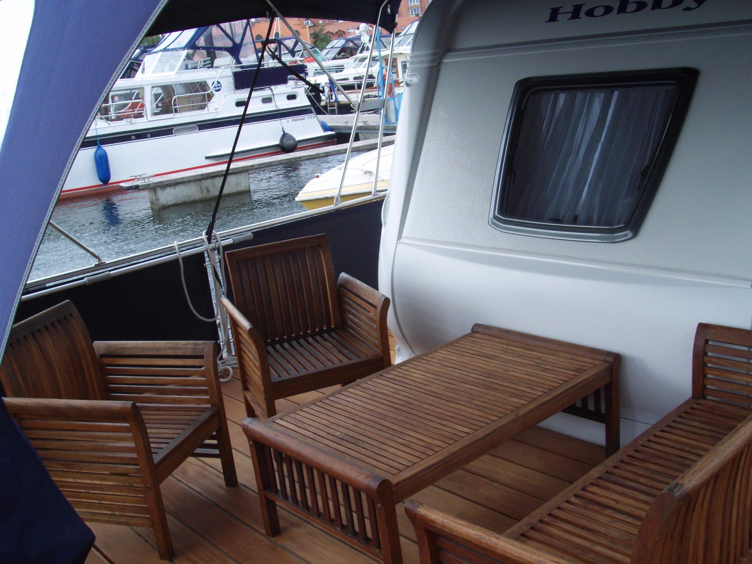 Sitzmöglichkeiten auf dem Deck des WaterCampers