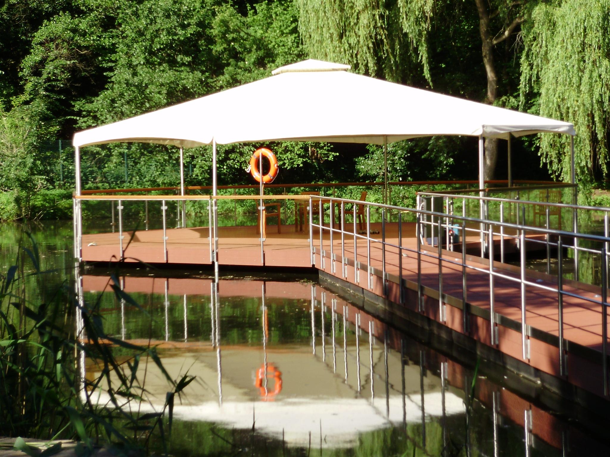 Eine Steganlage mit rundem Pavillon