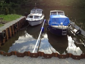Eine Frontaufnahme von Booten die durch einen Boxentrenner getrennt sind