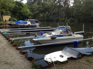 Ein Fingersteg mit Boxentrennern mit angebundenen Booten